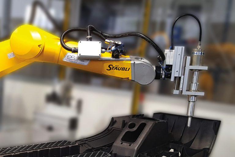 Robot con saldatrice a ultrasuoni per paraurti